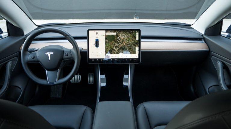 Uskotko Teslan menestykseen — vastaa kyselyyn!
