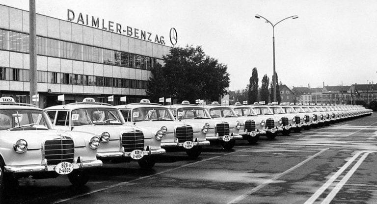 Päivän taksiauto: Vehon Taksirallin autoja Mersun tehtaalla