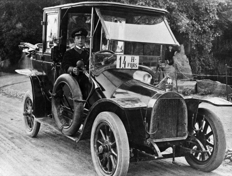 Päivän taksiauto: Tältä näytti helsinkiläinen taksiauto yli 100 vuotta sitten