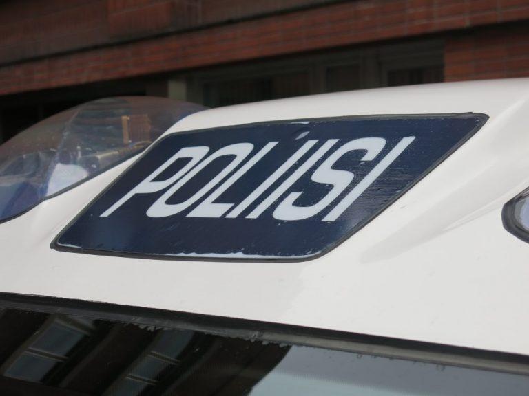 Henkilöauto pakeni eilen poliisi huomattavalla nopeudella Helsingin keskustassa — lopuksi pakenija juuttui ruuhkaan