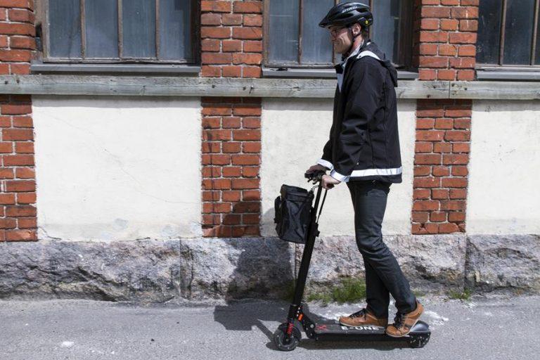Sähköpotkulaudalla kuljetaan kuin polkupyörällä