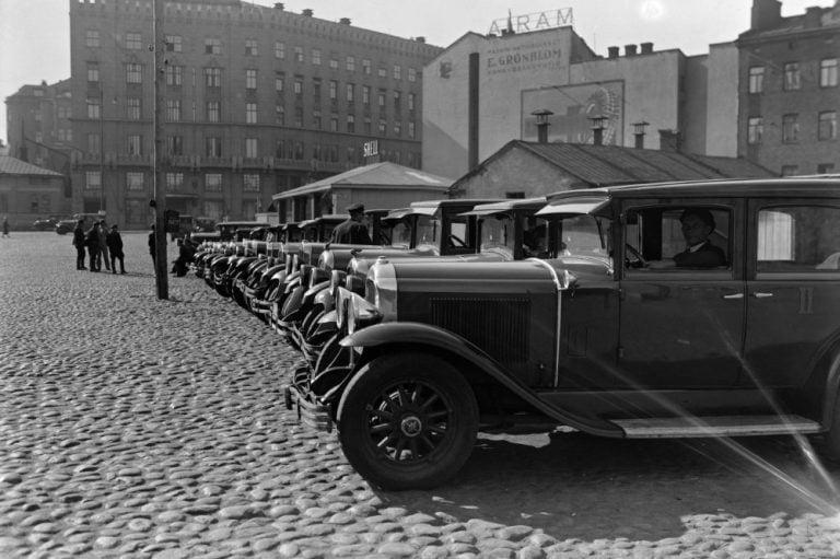 Päivän taksiauto: Helsingin Hoppapuulaakin autoja Asema-aukiolla