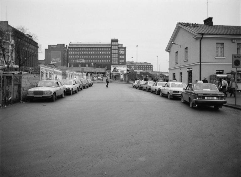 Päivän taksiauto: Taksiautoja Helsingin linja-autoaseman taksitolpalla