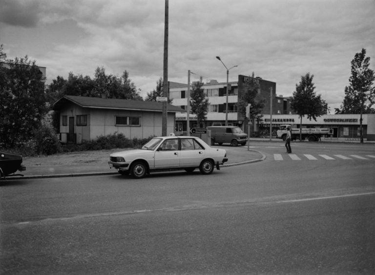 Päivän taksiauto: Kadun varteen pysäköity Peugeot 305