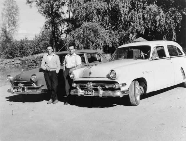 Päivän taksiauto: Taksikuskit Vilho Tuominen ja Veikko Kaija odottelevat vihkiparien saapumista kirkosta