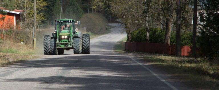 Maataloustyökoneen ohitus vaatii malttia