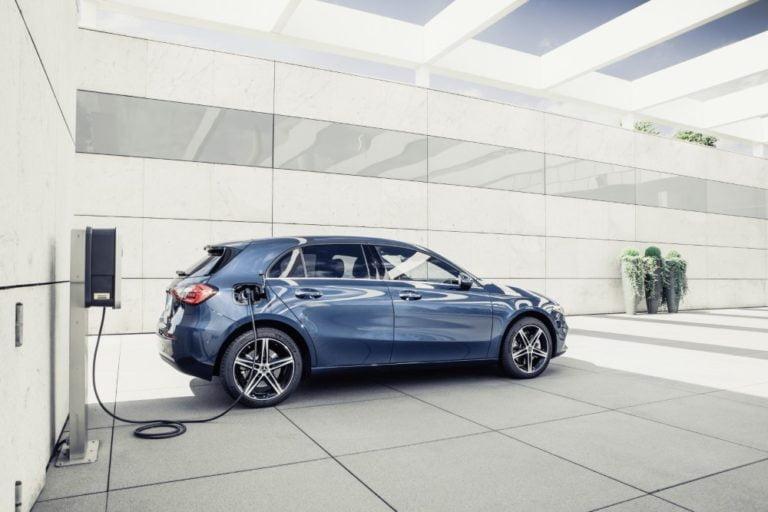 Mercedes-Benz kasvattaa nopeaan tahtiin pistokehybridimallistoaan
