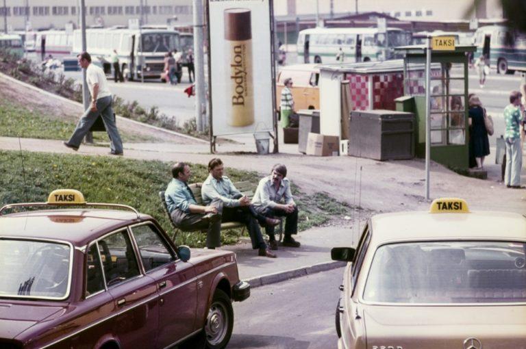 Päivän taksiauto: Keikkaa odottavat taksikuskit turisevat puistonpenkillä