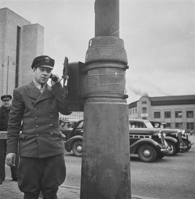 Päivän taksiauto: Taksimies vastaanottamassa kyytitilausta Helsingin Rautatientorilla