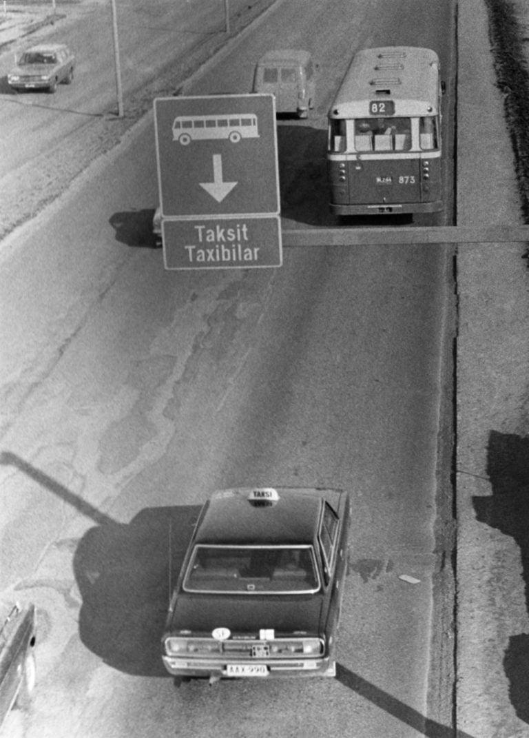 Päivän taksiauto: Taksi ajaa bussikaistaa pitkin