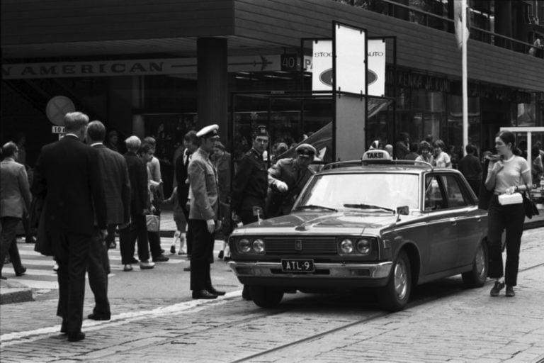 Päivän taksiauto: Poliisit opastamassa kävelykadun taksia