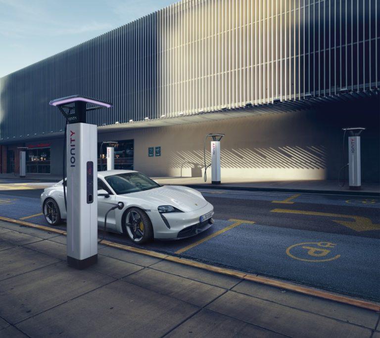 Ny Teknik: Yhdysvalloissa Porsche Taycanin ajomatka on selvästi lyhyempi kuin Euroopassa