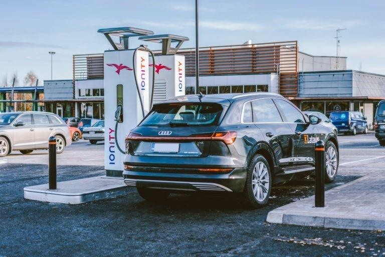 Suomen tehokkain sähköautojen latausasema avattiin torstaina