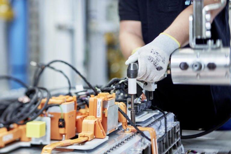 Daimler investoi yli miljardi euroa sähköautojen akkutuotantoon