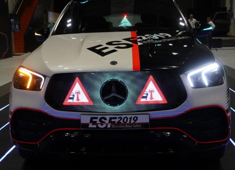 Mercedeksen turvallisuusauto ESF 2019 kommunikoi valoilla ja viesteillä ympäristönsä kanssa