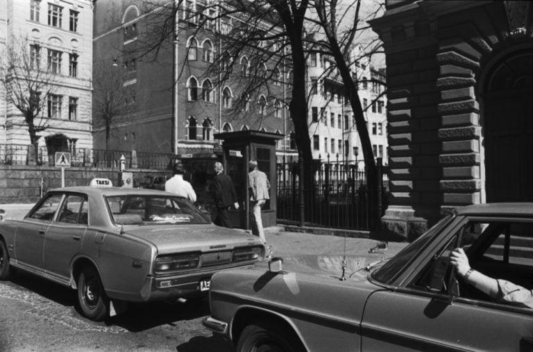 Päivän taksiauto: Taksit taksitolpalla Helsingin Mariankadulla