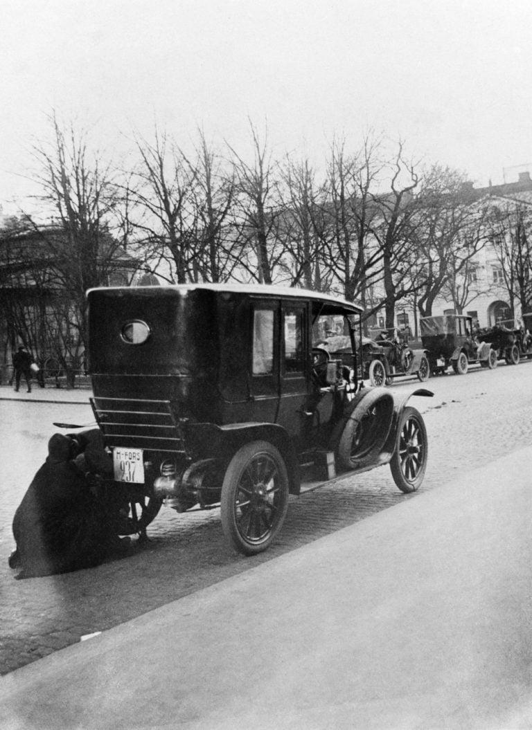 Päivän taksiauto: Taksiauton renkaanvaihto risteyksessä