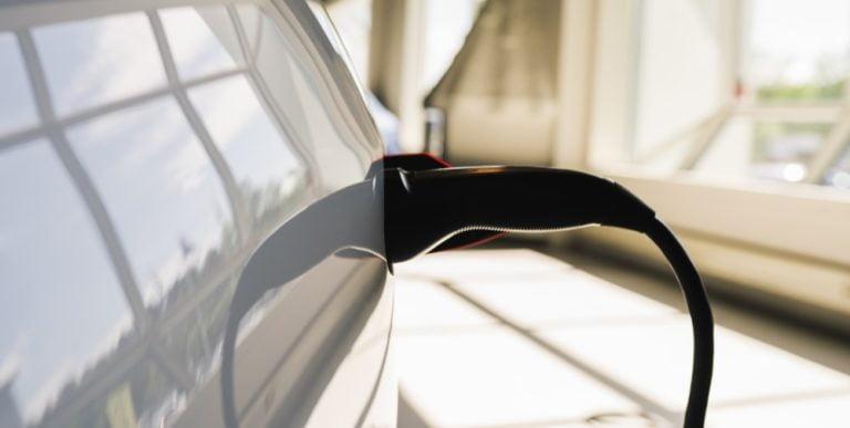 Naiset kokevat miehiä enemmän syyllisyyttä oman autoilun päästöistä