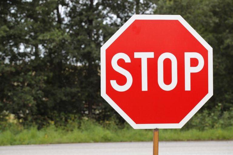 Yllättävän moni ohittaa stop-merkin pysähtymättä