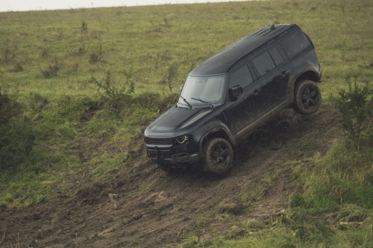 Uusi Land Rover Defender mukana seuraavassa Bond-leffassa