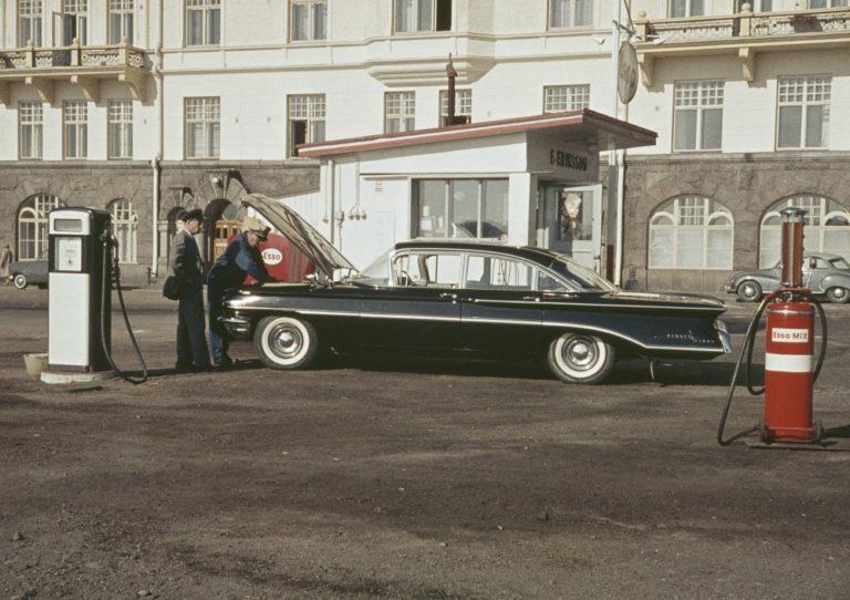 Päivän huoltoasema: Esson huoltoasema Helsingin Merikadulla 1960-luvun alussa