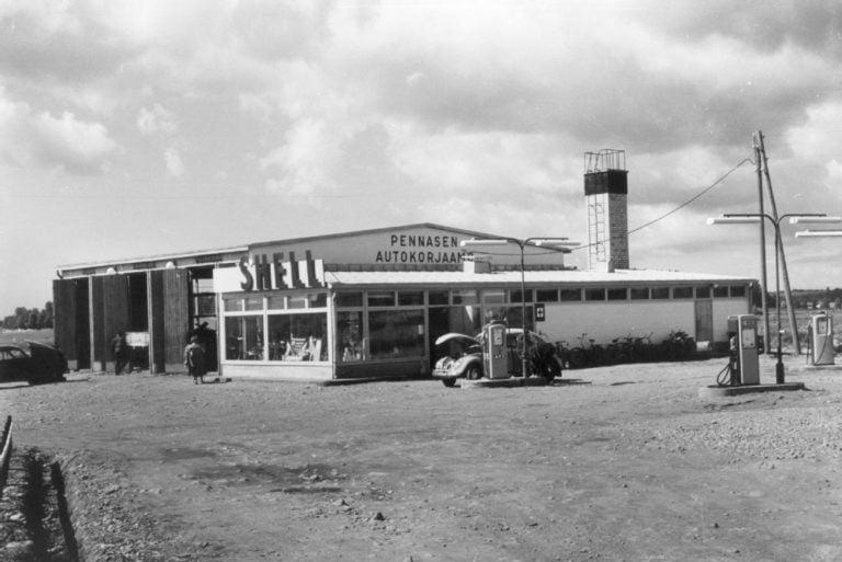 Päivän huoltoasema: Pennasen autokorjaamo Helsingin pitäjän kirkonkylällä 1958