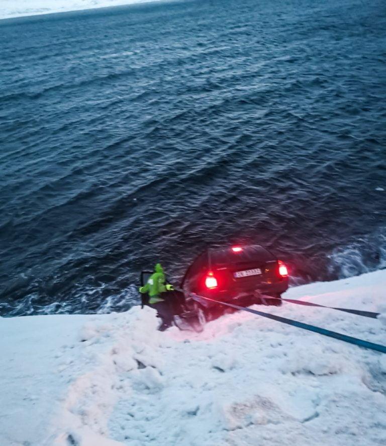 Toimi näin, mikäli näet tieltä suistuneen auton!