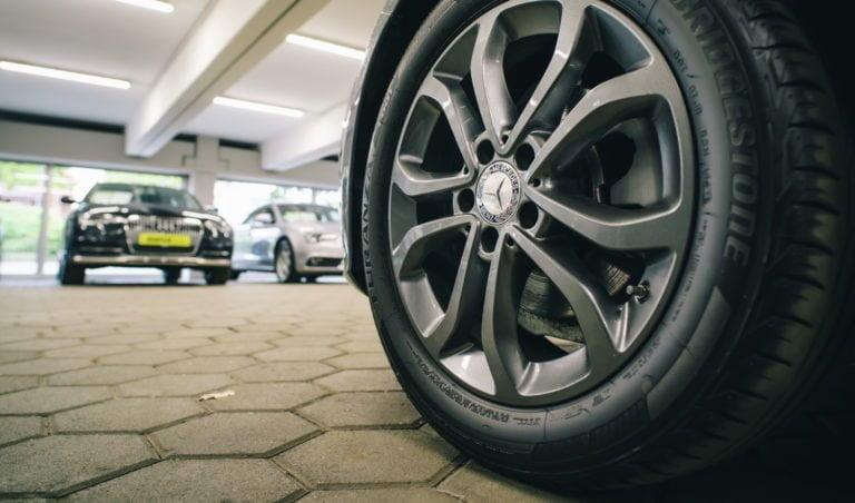 Käytettyä autoa ostettaessa kannattaa tarkastaa myös renkaat ja vanteet