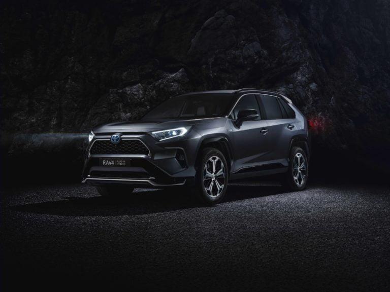 Toyota RAV4 -mallista ladattava hybridi — Suomeen ensi syksynä
