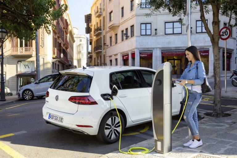 Nyt sähköautokisa lähtee kunnolla käyntiin — sähköinen Golf alle 30 000 euroa!