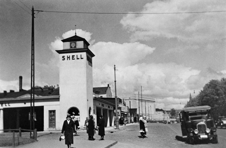 Päivän huoltoasema: Shellin komea asema nykyisen Helsingin Lasipalatsin kohdalla