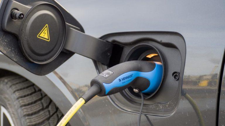 Nyt on hyvä hetki aloittaa taloyhtiöissä sähköisten autojen latausmahdollisuuden selvitys