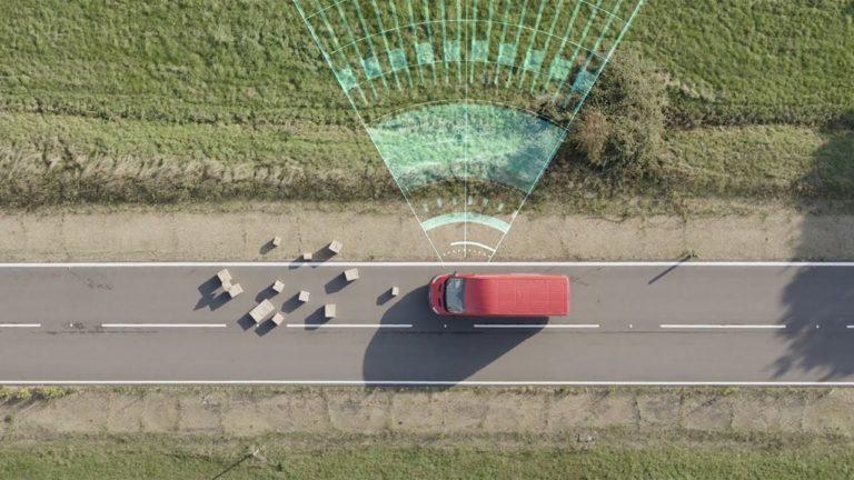 Autojen välinen varoitusjärjestelmä otetaan käyttöön Fordeissa