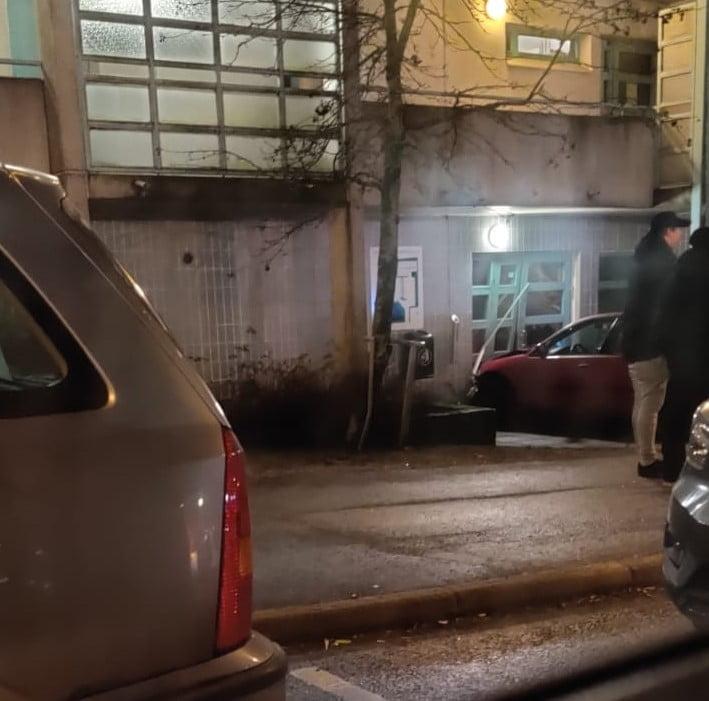 Sekava mies rysäytti Vantaalla autolla päin talon ulko-ovea