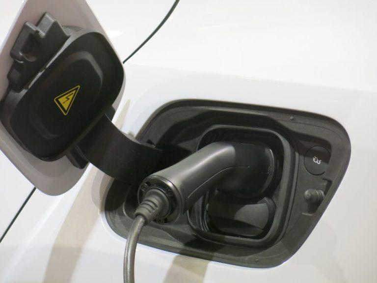 Sähkö- ja hybridiautojen osuus kasvanut jo yli kolmannekseen rekisteröinneistä