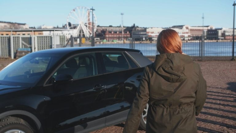 Jopa neljännes autoa ajamattomista naisista ilmoittaa ajamattomuuden syyksi sen, että puoliso hoitaa ajamisen!