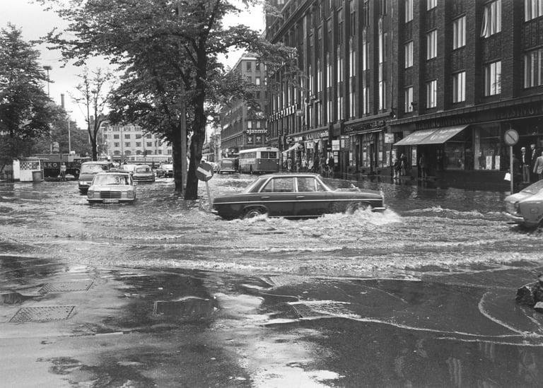 Päivän tulvakuva: Tulva Helsingin Mikonkadun ja Hallituskadun kulmassa 1974