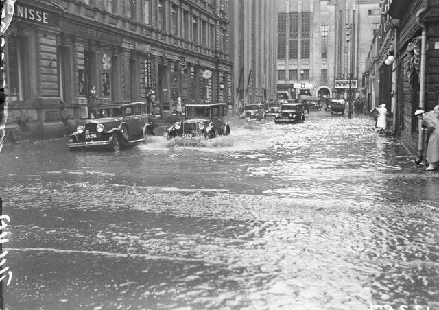 Päivän tulvakuva: Helsingin Kluuvikatu tulvii 1934