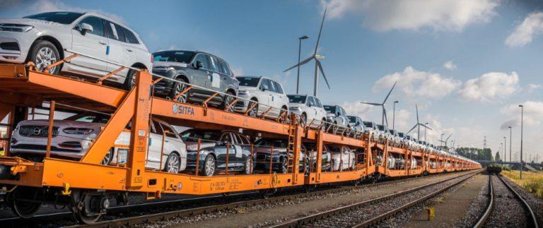 Volvo Cars pienentää hiilidioksidipäästöjä siirtämällä kuljetuksia maanteiltä rautateille