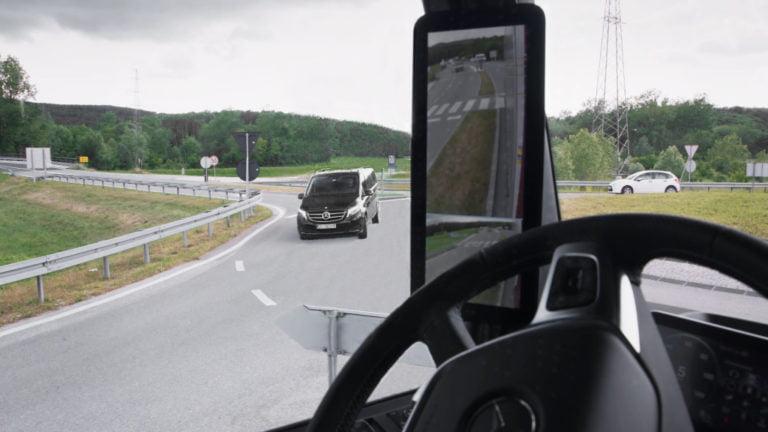 Näin Mercedes-Benzin MirrorCam-kamerajärjestelmä toimii