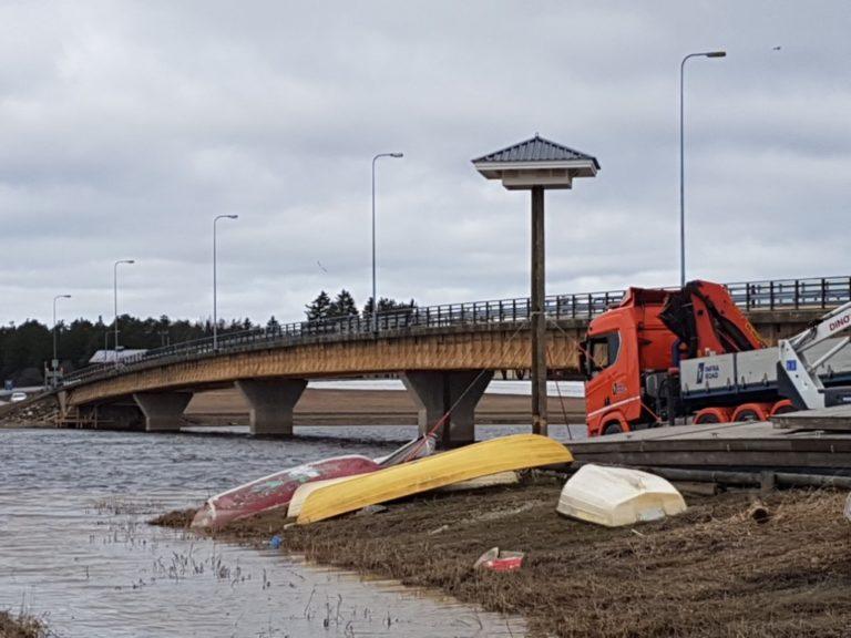 Hieno ratkaisu: Räystäspääskyille on rakennettu Huittisissa väliaikainen hotelli siltatöiden ajaksi