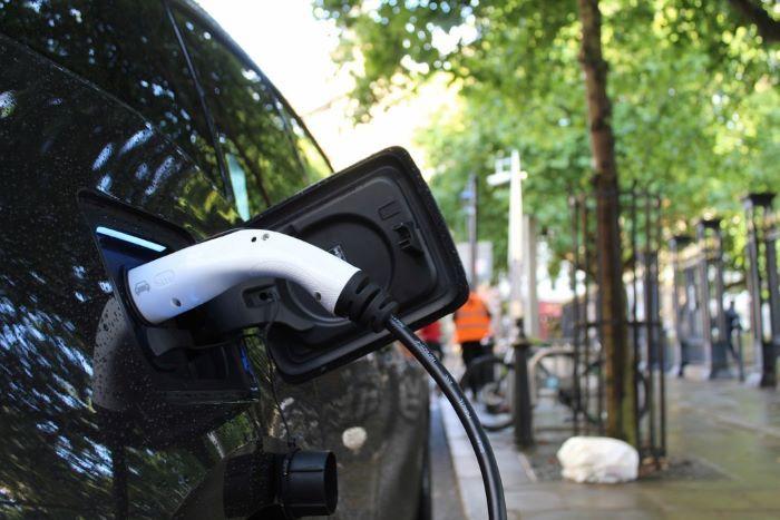 Kysely: Yli puolet jättää sähköauton ostamatta hankintahintansa vuoksi