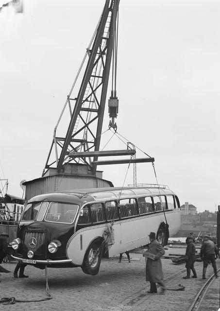 Päivän linja-auto: Mercedes Benzin linja-autoa nostetaan pois laivasta 1937