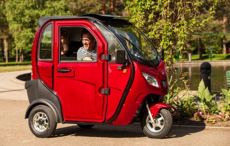 Sähköinen Kontio Autokruiser on kolmipyöräinen katettu mopo