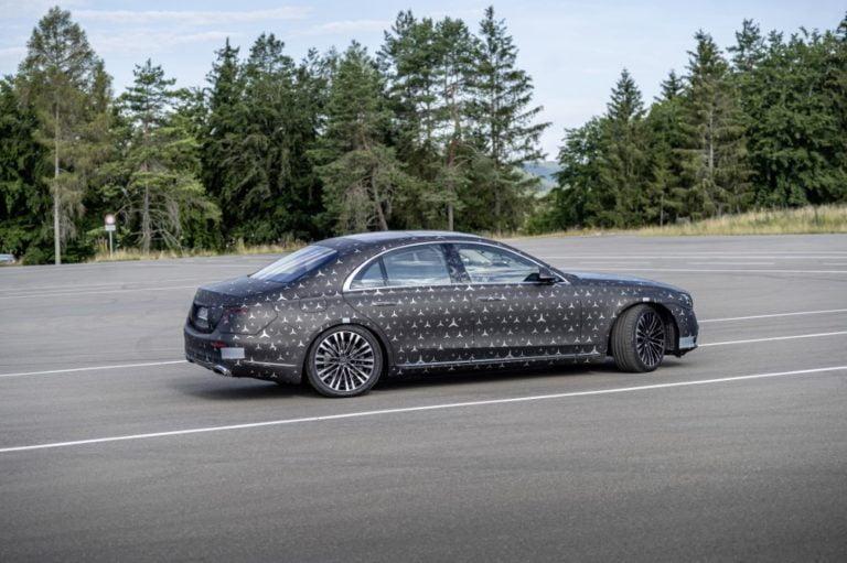 Uusi Mercedes-Benz S -sarjalainen tuo uutta turvatekniikkaa takapenkkiläisille
