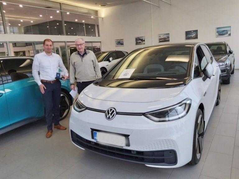Tässä Suomen ensimmäinen Volkswagen ID.3 -ostaja saa autonsa