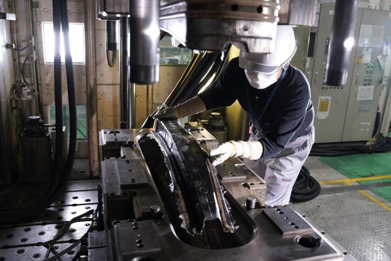 Nissanin uudella teknologialla nopeutetaan hiilikuituosien valmistusta