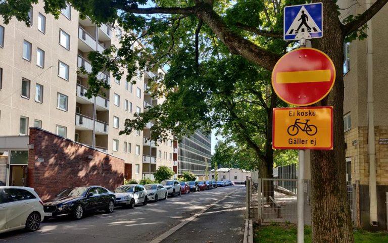 Tämä liikennemerkki koskee myös pyöräilijöitä, lisäkilpi tuo poikkeuksen