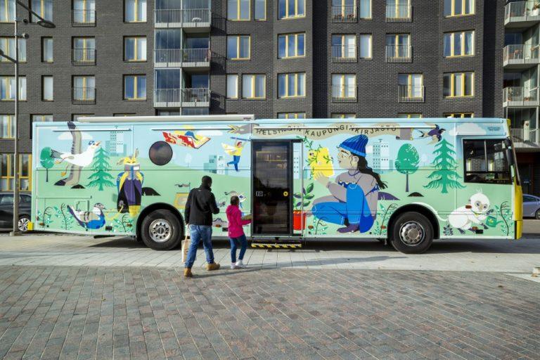 Helsingissä uusi lasten kirjastoauto tuo lapsille uusia elämyksiä