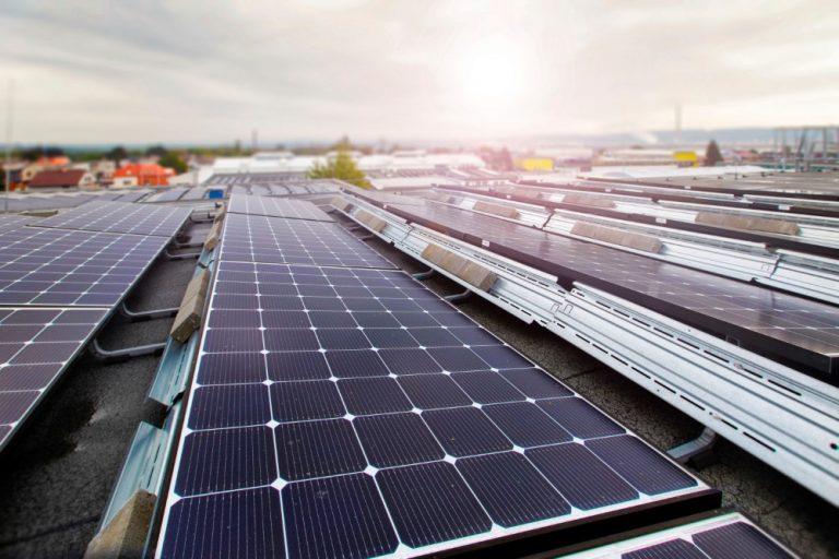 Yhä useampi autonvalmistaja siirtyy toimitiloissaan aurinkosähköön